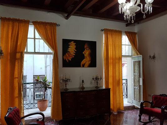 Wohnzimmer im Mini Hotel Barza mit den Fenstern zur Calle Villegas