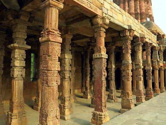 Sechs Jahre früher als beim Qutb Minar wurde mit der Moschee Quwat-ul Islam-Massid begonnen. Material von zerstörten Hindu- und Jain-Tempeln.