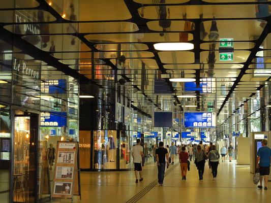Bahnhof Amsterdam Centraal, Geschäftspassagen