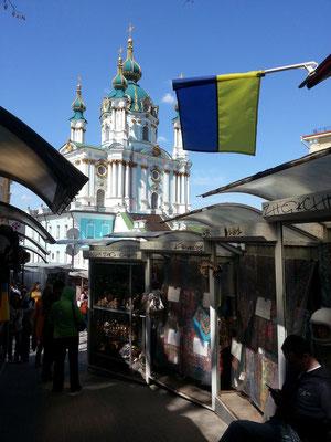 Blick durch die Verkaufsstände auf die Andreaskirche
