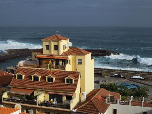 Blick vom Dach des Hotels Marquesa nach N (schwere See mit hohen Wellen)