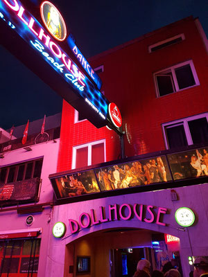 """Dollhouse, ein Nacht- und Stripclub, auf der Straße """"Große Freiheit"""", eine Seitenstraße der Reeperbahn"""