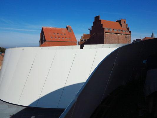 Blick vom Dach des Ozeaneums auf die Hafengebäude