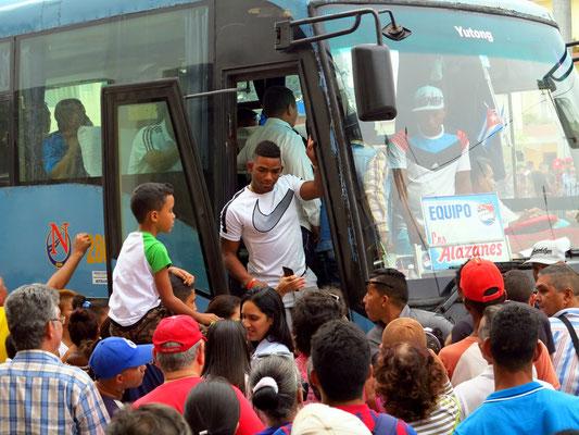 Bayamo, Verabschiedung der Baseballmannschaft Alazanes de Granma, ... noch ein Autogramm