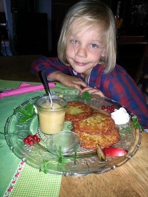 Alex' Mittagessen: Reibekuchen mit Apfelmus
