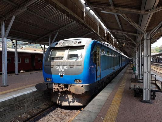 Expresszug im Bahnhof von Kandy