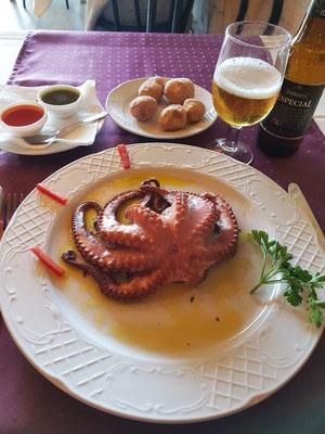 Pulpo (Tintenfisch) mit Papas Arrugadas und Saucen (Mojo rojo und Mojo verde)