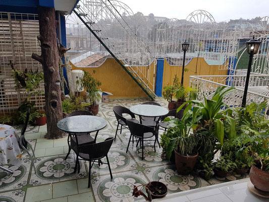Hostal Girasol, Frühstückstische im Regen