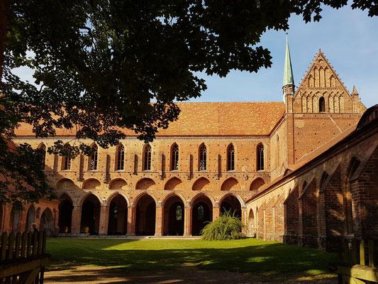 Innenhof und Südseite des Hauptschiffs, mit verschiedenen Bauabschnitten