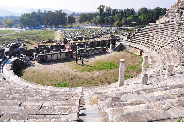 Das Theater von Milet, erbaut unter dem römischen Kaiser Trajan (98 -117 n.Chr.), für ca. 15.000 Zuschauer. Blick auf das Bühnenhaus. Vorne die Säulen der Kaiserloge
