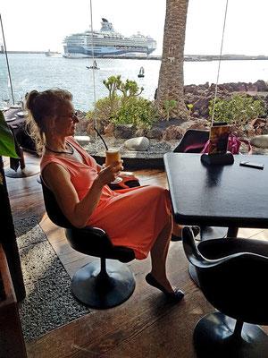Cocktailpause im Restaurant des Castillo San José mit Blick auf die Kreuzfahrtschiffe im Hafen