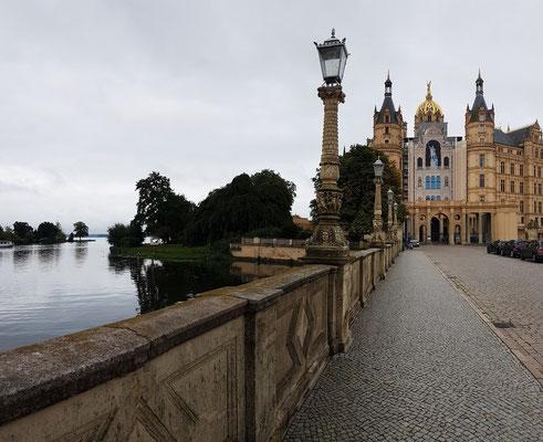 Auf der Lennéstraße zum Schweriner Schloss