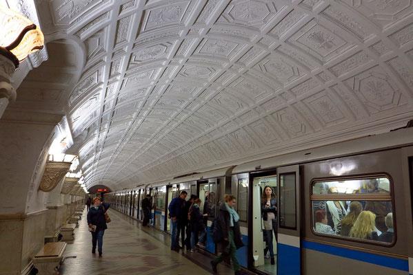 Belorusskaja, 1952 eröffnet. Die Stationshalle ist in hellem Marmor ausgeführt und mit floralen Motiven dekoriert.