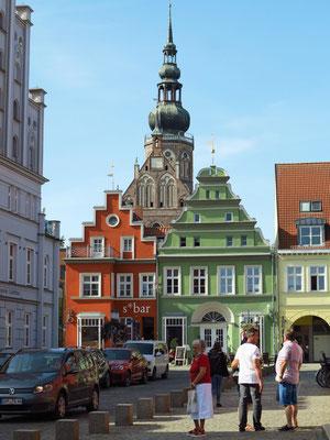 Blick vom Marktplatz auf den Turm des Doms St. Nikolai