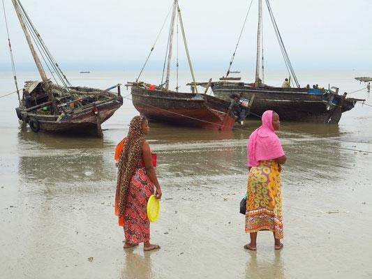 Bagamoyo, Frauen am Strand