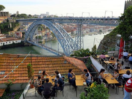 Café mit Aussicht am Steilufer des Douro, Blick nach Vila Nova de Gaia