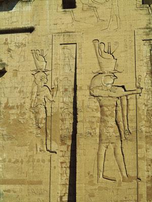 Die Tempelgottheiten Hathor (links) und Horus (rechts) am rechten Turm des Pylons