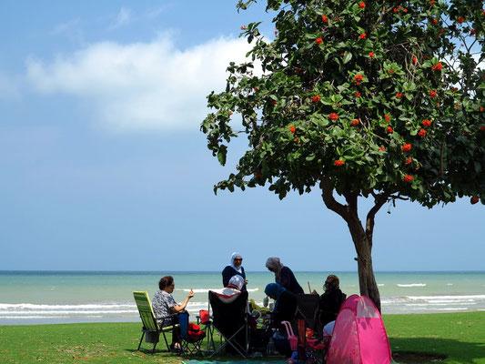 Frauen am Strand von Maskat