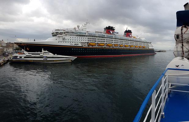 Kreuzfahrtschiff Disney Magic von 1998 im Hafen von Neapel