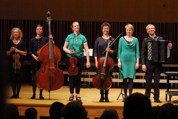Applaus nach dem Konzert für das Orchester BaroqueAros, rechts: Bjarke Mogensen