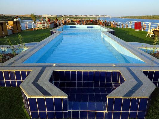Schwimmbecken auf dem Sonnendeck, Blick nach achtern zum überdachten Teil