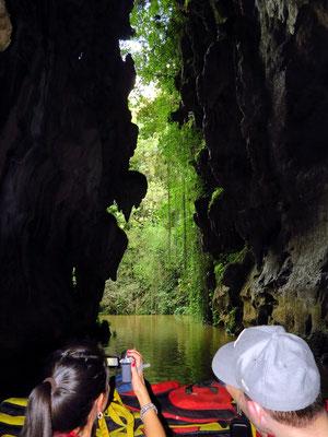 Mit dem Boot zum Ausgang der Höhle