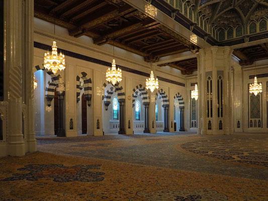 Die Große Männergebetshalle ist quadratisch angelegt und misst im Außenmaß 74,4 m × 74,4 m. Sie bietet Raum für 6.500 Gläubige. Der Gebetsteppich (70,50 m × 60,90 m) gilt als ein Meisterwerk iranischer Teppichknüpfkunst.