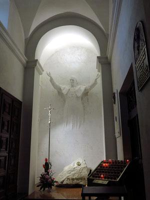 Heilig-Kreuz-Kirche, Seitenkapelle mit dem Relief des polnischen Papstes Johannes Paul II