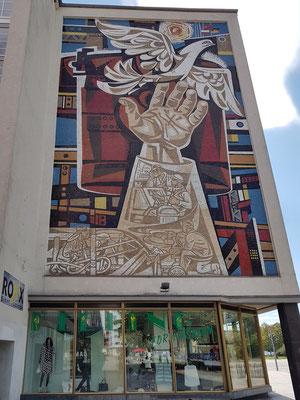 Kunst am Bau, Mosaik von Walter Womacka am ehemaligen Textilkaufhaus (an der Nordseite des Lindenzentrums)
