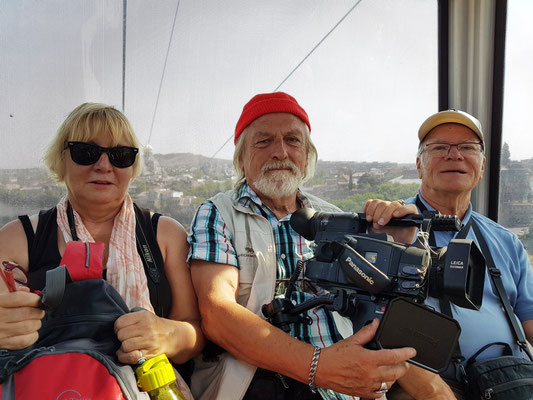"""In der Seilbahn zur Nariqala-Festung und zur """"Mutter Georgiens"""", Kameraleute Ramona Grombaß und Albert Heyne; Frank Rother als Autor und Fotograf dieser Reisereportage"""