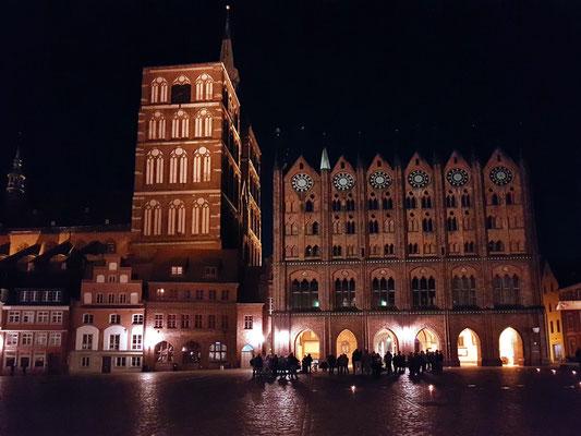 Nächtliche Impression: Alter Markt mit Kirche St. Nikolai und Rathaus