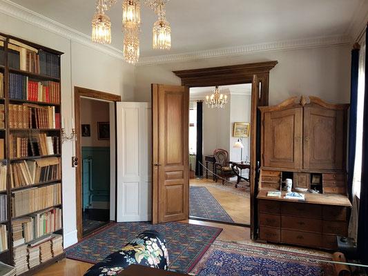 Fräulein Sneum hatte die meisten Möbel aus dem Haus ihrer Eltern in Aarhus geerbt.