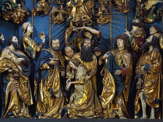Der Altar wurde aus Eichen- (Konstruktion) und Lindenholz (Figuren) geschnitzt und erzählt bei geöffneten Türen die Geheimnisse der Freude Mariens von der Verkündigung bis zur Himmelfahrt.