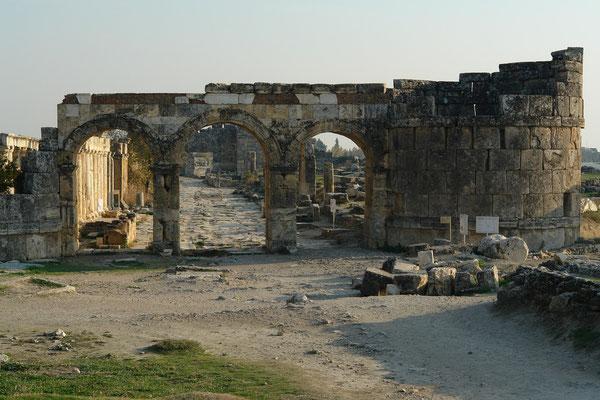 Nordtor (Frontinus-Tor, Triumphbogen des Domitian), monumentaler Eingang in die Stadt, flankiert von zwei Rundtürmen