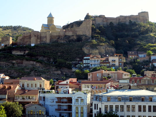 Blick auf Altstadt und Burg Nariqala