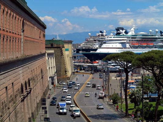 Palazzo Reale di Napoli (links) und Hafen