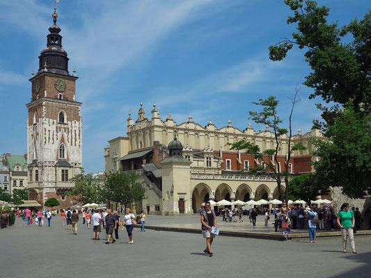 Rathausturm (links) und Tuchhallen