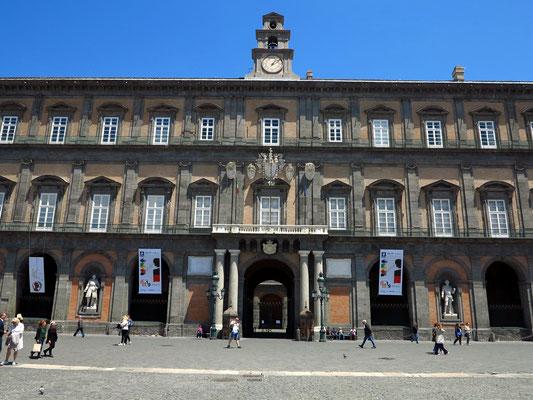 Auf der Piazza del Plebiscito mit Blick auf den Palazzo Reale di Napoli