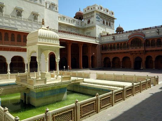 Ansicht von Palästen vom Haupthof aus italienischem Carrara-Marmor, Karan Mahal und Teich im Haupthof, im Mughal- Stil