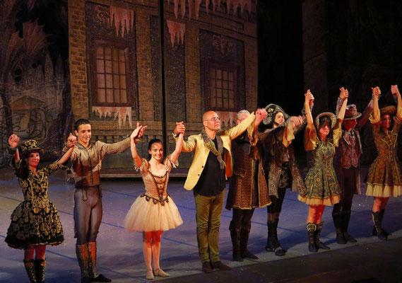 Applaus für den Choreographen Radu Poklitaru und seine Truppe