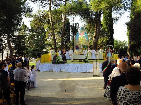 Messe im Freien unter den Bäumen nahe der Kirche