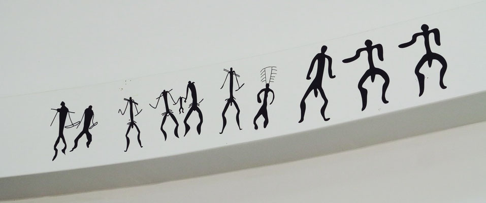 Nachbildungen von Felszeichnungen in der Eingangshalle des Museums