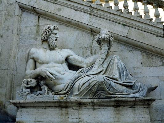 Tiber. Skulptur aus der späten Kaiserzeit, vor der Treppe zum Senatorenpalast