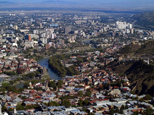 Blick vom Berg Mtazminda auf Tbilisi mit der Altstadt im Vordergrund
