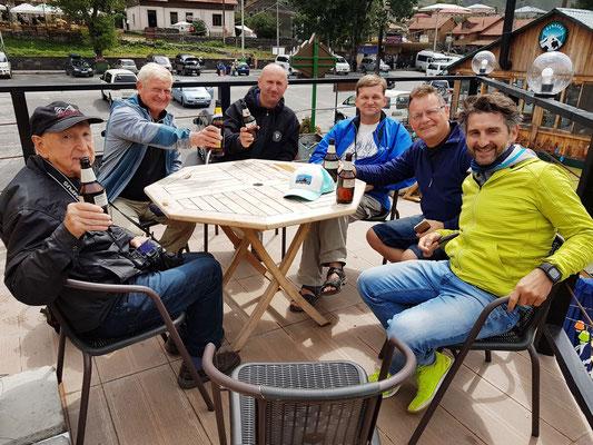 Rotel-Männergruppe in Stepanzminda, Mittagspause