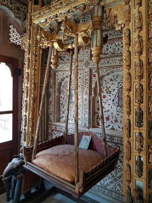Jhoola (Schaukel) für Gott Krishna im Phool Mahal