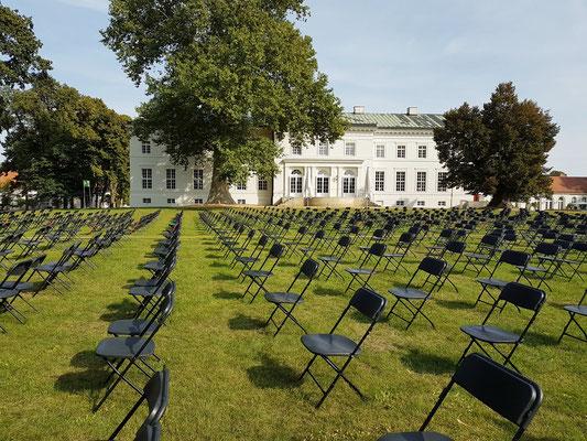 Gartenseite des Schlosses Neuhardenberg, im September 2020 mit Stuhlreihen für Konzerte in Corona-Zeiten