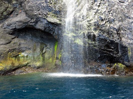Mit dem Zodiac-Schlauchboot an der Felsküste von Flores