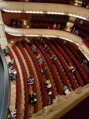 Blick von meinem Sitzplatz ins Parkett (Verteilung der Zuschauer wegen Coronaauflagen)