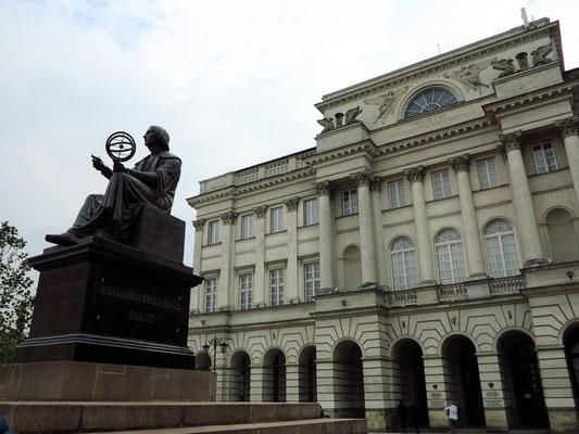 Nikolaus-Kopernikus-Denkmal des dänischen Bildhauers Bertel Thorvaldsen von 1822, rechts der Staszic-Palast von 1820, heute die Zentrale der Polnischen Akademie der Wissenschaften